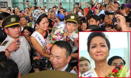 Hoa hậu H'Hen Niê diện trang phục dân tộc, bật khóc nức nở khi bố mẹ và hàng trăm người ra sân bay đón