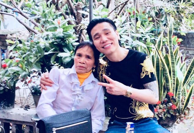 'Ca si Chau Viet Cuong om vo khoc tai don cong an' hinh anh 3