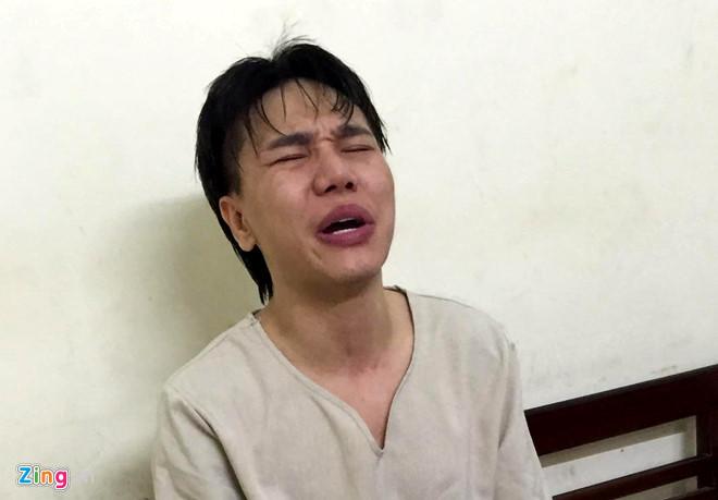 'Ca si Chau Viet Cuong om vo khoc tai don cong an' hinh anh 1