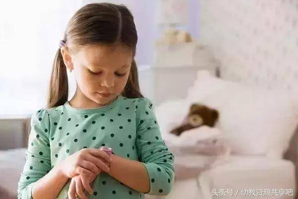 bố mẹ nên làm gì khi cô giáo đánh con, cô giáo đánh trẻ, cách xử lý khi con bị cô giáo đánh