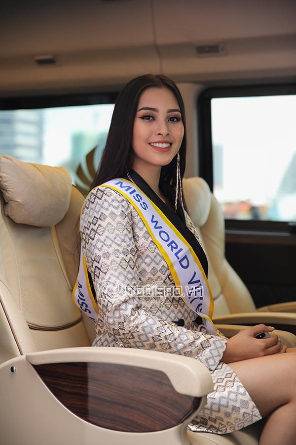 Mẹ và người hâm mộ tiễn Hoa hậu Trần Tiểu Vy lên đường sang chinh chiến Miss World 2018