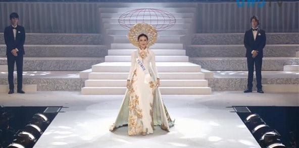 Thùy Tiên suýt ngã khi trình diễn Quốc phục trên sân khấu chung kết Hoa hậu Quốc tế 2018