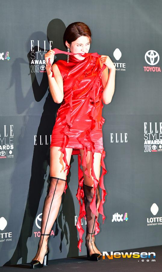 Elle Style Awards 2018: 'Chị đẹp' Son Ye Jin hở vai gợi cảm, Jang Yoon Ju tạo dáng 'lầy lội'