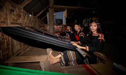 Hoàng Thùy hóa cô gái dân tộc đan thổ cẩm, múa cồng chiêng cùng H'Hen Niê