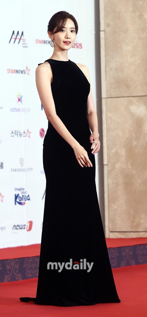 Suzy và Yoona cạnh tranh ngôi vị nữ thần trên thảm đỏ Lễ trao giải nghệ sĩ châu Á 2018