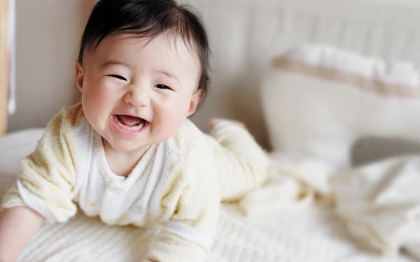 Dấu hiệu trẻ thông minh, Trẻ hay cười, Trẻ sinh ra đã là thiên tài