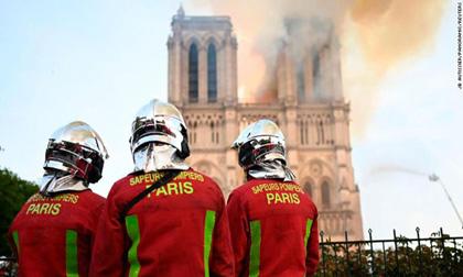 Cận cảnh lính cứu hỏa vật lộn 'giặc lửa' để cứu Nhà thờ Đức Bà Paris