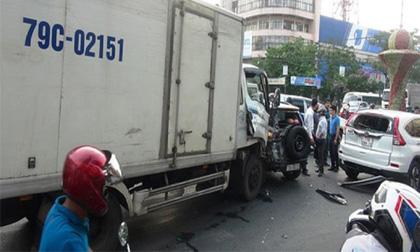 Xe tải lại tông hàng loạt xe dừng đèn đỏ, 2 người nhập viện