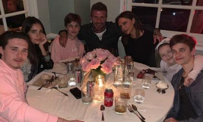 """Victoria Beckham khiến chị em ghen tị khi đăng ảnh gia đình """"cực phẩm"""" trong tiệc sinh nhật tuổi 45"""