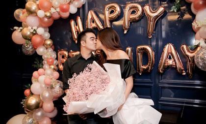 Người mẫu Tuyết Lan ngọt ngào hôn chồng trong tiệc sinh nhật sang trọng
