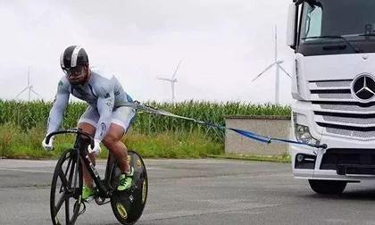 Cua-rơ sở hữu vòng đùi to hơn cả Roberto Carlos trổ tài kéo ô tô tải 10 tấn bằng xe đạp
