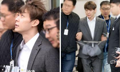 Park Yoochun bị còng tay, trói áp giải tới đồn cảnh sát sau buổi thẩm vấn