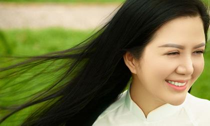 Ca sĩ Đinh Hiền Anh thướt tha, dịu dàng với áo dài trắng nền nã
