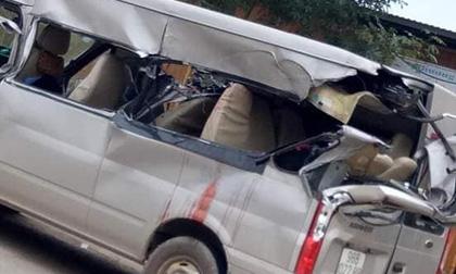 Xe khách 16 chỗ đâm vào ô tô tải đang vào cua, 3 người thương vong