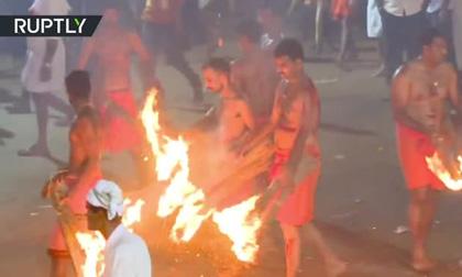 Lễ hội kỳ lạ ở Ấn Độ: Hàng trăm người đàn ông cởi trần, ném lửa vào nhau để 'lấy may'
