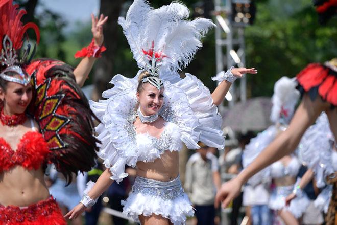 Vũ điệu Carnival khuấy động phố đi bộ Hà Nội giữa thời tiết 40 độ