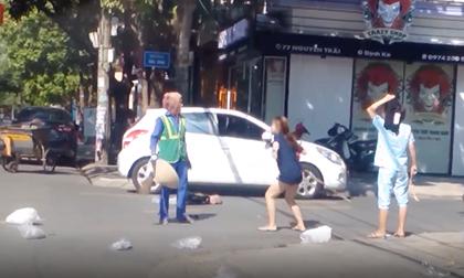 Nữ chủ shop lao vào chửi bới, hành hung cô lao công giữa đường khiến nhiều người bức xúc