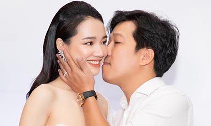 Đến mừng sinh nhật vợ, Trường Giang chủ động hôn Nhã Phương say đắm