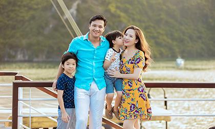 Đan Lê hạnh phúc khoá môi Khải Anh trong chuyến du lịch Hạ Long cùng hai con