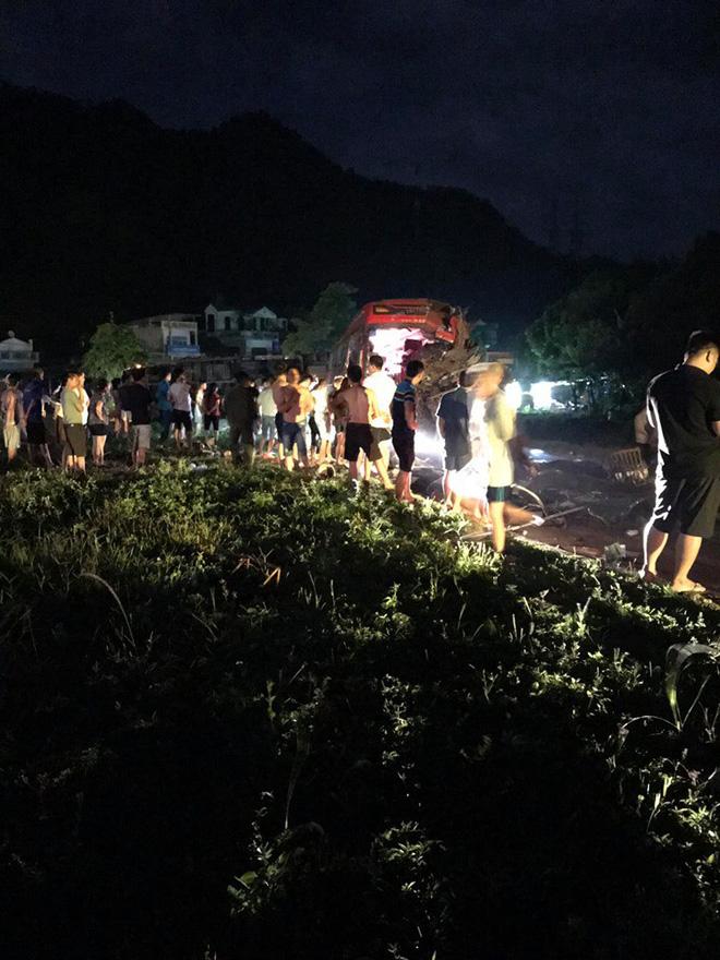 Hiện trường vụ tai nạn kinh hoàng khiến 3 người tử vong, 38 người bị thương ở Hòa Bình - Ảnh 7.
