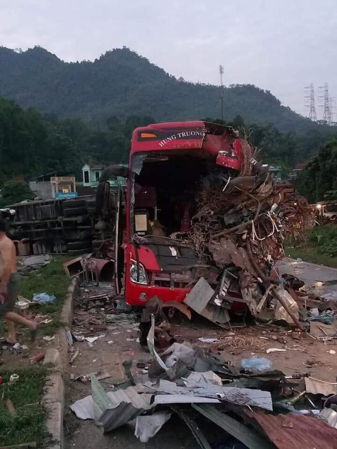 Vụ xe tải va chạm kinh hoàng với xe khách khiến 40 người thương vong: Chuyển gấp nhiều nạn nhân lên Hà Nội - 1