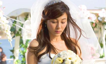 Đúng lúc trao nhẫn cưới, điện thoại của chú rể vang lên và chiếc nhẫn chưa kịp xỏ vào tay cô dâu đã rơi mất hút