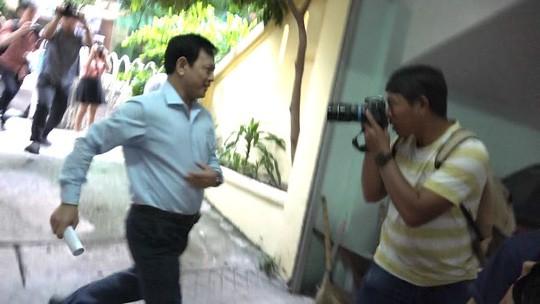 Ông Nguyễn Hữu Linh chạy thật nhanh vào phiên tòa xử dâm ô - Ảnh 1.