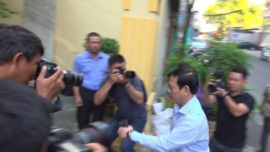 Ông Nguyễn Hữu Linh chạy thật nhanh vào phiên tòa xử dâm ô - Ảnh 2.