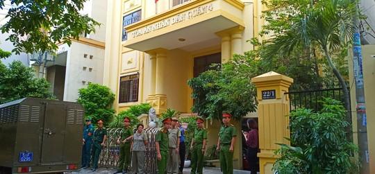 Ông Nguyễn Hữu Linh chạy thật nhanh vào phiên tòa xử dâm ô - Ảnh 3.