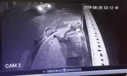 Kinh hãi khoảnh khắc taxi tông xe máy trong đêm khiến đôi nam nữ thương vong