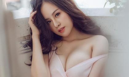 Lâu lâu tái xuất, bà Tưng tiếp tục đăng ảnh vòng một như muốn trào ra ngoài