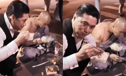 Giàu có bậc nhất Hong Kong nhưng Châu Nhuận Phát lại ngồi ăn cơm hộp bên lề đường