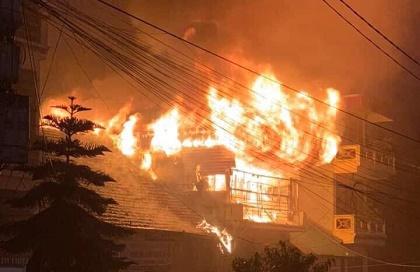 Cháy lớn gần trung tâm y tế thị trấn Sapa, nhiều du khách và người dân hoảng loạn