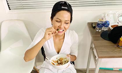 Có Hoa hậu nào như H'Hen Niê, đăng ảnh ăn cơm với cá khô ngấu nghiến và tấm tắc khen ngon