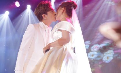 Đám cưới ca sĩ Thu Thủy: Cô dâu cùng chồng kém 10 tuổi trao nhau nụ hôn nồng cháy