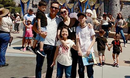 Hoa hậu Jennifer Phạm cùng chồng con du lịch Mỹ, khám phá Disneyland