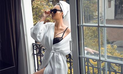 Thanh Hương diện pijama trễ nải để lộ nội y, khoe vòng một căng tràn
