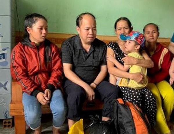 Em bé bị cho đi lúc 9 tháng tuổi, khóc thét ngày gặp lại mẹ