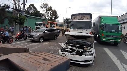 Tại nạn liên hoàn ở TP.HCM, xế hộp BMW nát bét đầu