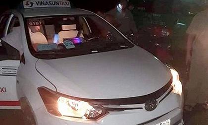 Bắt giữ 2 đối tượng dùng dao cứa cổ tài xế cướp taxi ở Long An