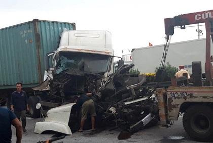 Xảy ra tai nạn kinh hoàng ngay chỗ xe tải lật chết người ở Hải Dương