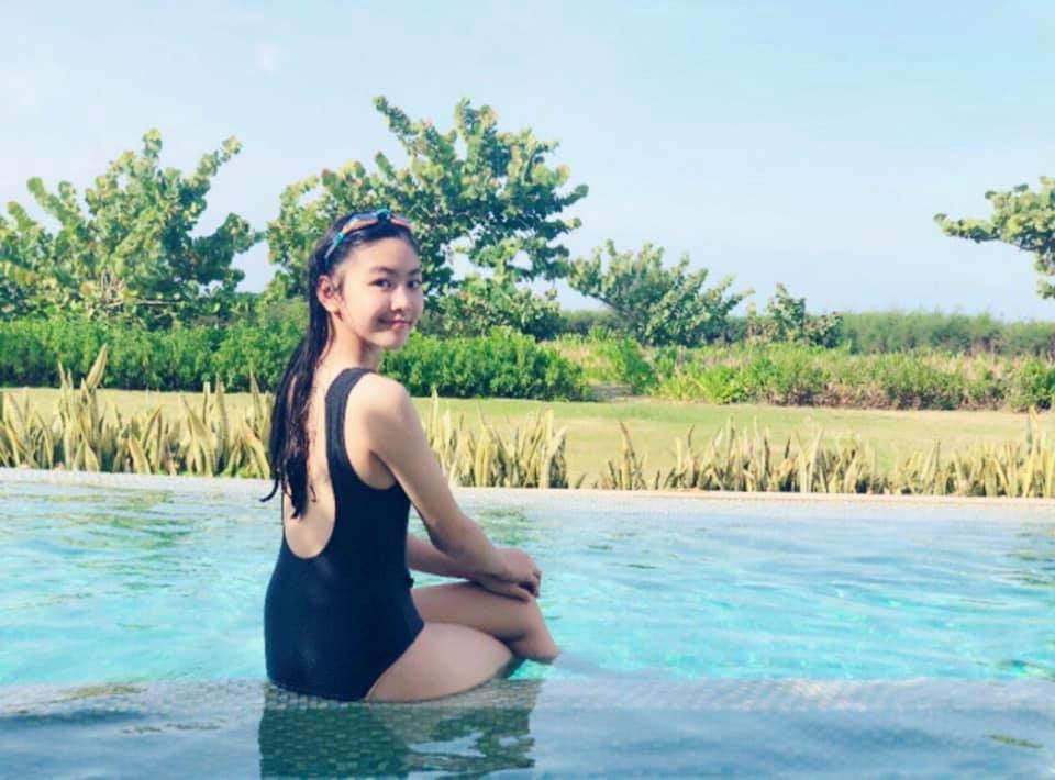 'Công chúa' 14 tuổi nhà Quyền Linh thả dáng với bikini, ai cũng tấm tắc khen dáng vóc như Hoa hậu tương lai