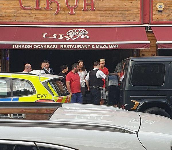 Ozil làm việc với cảnh sát sau vụ cướp.