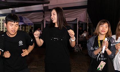 Mang giày bệt, Mai Phương Thúy vẫn bất chấp catwalk cùng dàn thí sinh trong đêm tổng duyệt Miss World Việt Nam