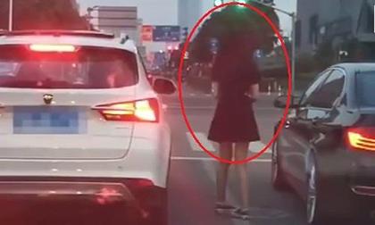 Thản nhiên xả rác ra đường, tài xế bị gái xinh đuổi theo để ném trả vào ôtô