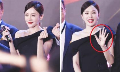 'Phú Sát Hoàng hậu' Tần Lam để lộ vai thon nhưng mọi người chỉ chú ý đến bàn tay của cô