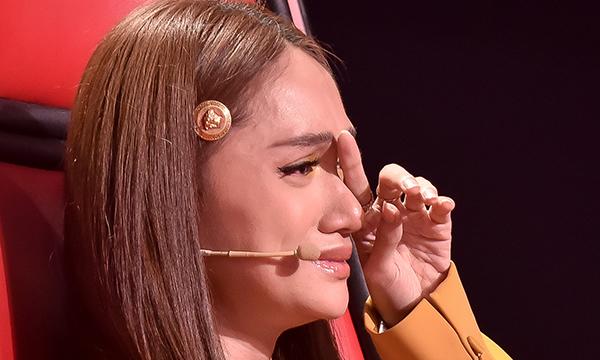 Giọng hát Việt nhí 2019: Hương Giang bật khóc nghẹn ngào trên ghế nóng trước tiết mục'Cánh hoa tàn - Chị tôi'