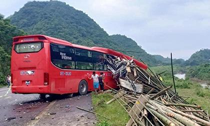 Xe giường nằm lao vào xe tải chở luồng, ít nhất 2 người chết và 14 người bị thương