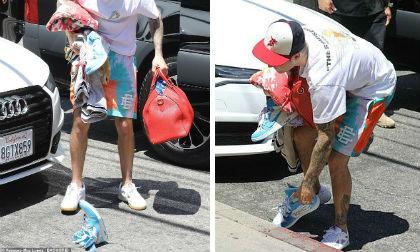 'Hoàng tử' Justin Bieber đánh rơi giày hàng chục triệu trên phố sau khi bị chê hết thời