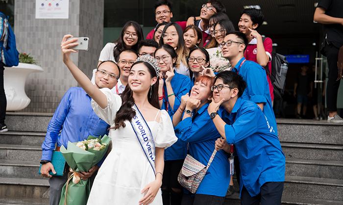 Hoa hậu Lương Thùy Linh đội vương miện, nhí nhố bên bạn học nhưng lại bẽn lẽn bày tỏ nỗi sợ này